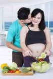 Couples faisant la salade ensemble Images stock
