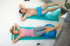 Couples faisant le craquement abdominal Image stock