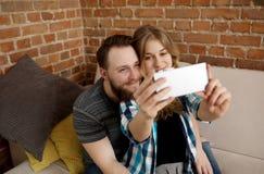 Couples faisant le selfie Dans la maison Image libre de droits