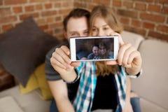 Couples faisant le selfie Dans la maison Photo libre de droits