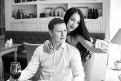 Couples faisant le selfie en café Image stock