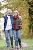 Couples faisant le tour insouciant Images libres de droits