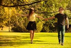 Couples faisant le tour par le parc Images libres de droits