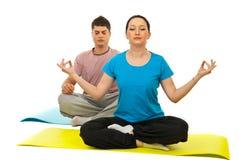 Couples faisant le yoga Photos libres de droits