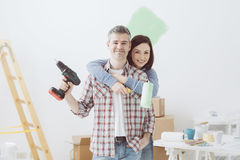 Couples faisant les rénovations à la maison Images stock