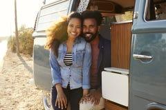 Couples faisant un bord de la route s'arrêter dans leur regard de fourgon à l'appareil-photo image libre de droits
