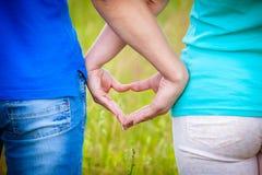 Couples faisant un coeur avec des mains Photographie stock libre de droits