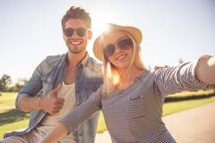 Couples faisant un cycle en parc Image libre de droits