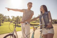 Couples faisant un cycle en parc Photos libres de droits