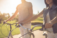 Couples faisant un cycle en parc Photo stock