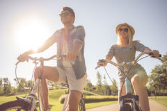 Couples faisant un cycle en parc Photographie stock