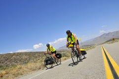 Couples faisant un cycle par le Nevada Photos stock