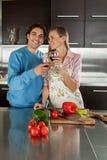 Couples faisant un pain grillé Image stock