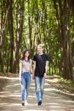 Couples faisant un tour dans la forêt Photographie stock
