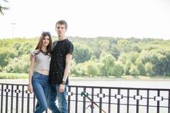 Couples faisant un tour en parc Photographie stock libre de droits