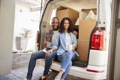 Couples faisant une pause derrière le camion de retrait le jour mobile photo libre de droits