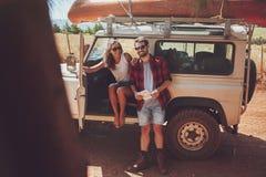 Couples faisant une pause sur la promenade en voiture Photographie stock libre de droits