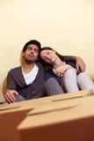 Couples faisant une pause tout en déménageant images libres de droits