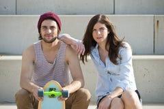 Couples faisants de la planche à roulettes Photos stock