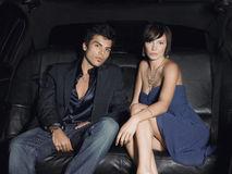Couples fascinants dans la limousine Photos libres de droits