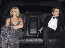 Couples fâchés dans la limousine après interruption  Photographie stock