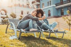 Couples femelles prenant dehors le selfie sur le smartphone Photos libres de droits