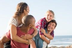 Couples ferroutant au bord de la mer Photographie stock libre de droits