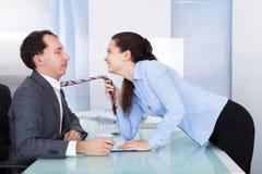 Couples flirtant dans le bureau Photographie stock libre de droits