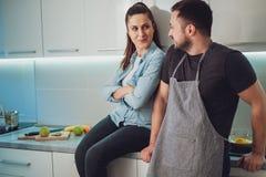 Couples flirtant et souriant dans la cuisine Photographie stock libre de droits