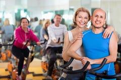 Couples folâtres dans un centre de fitness avec des amis Photo stock