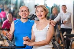 Couples folâtres dans un centre de fitness avec des amis Image libre de droits