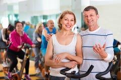 Couples folâtres dans un centre de fitness avec des amis Images libres de droits