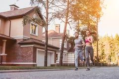 Couples fonctionnant à l'extérieur photo libre de droits