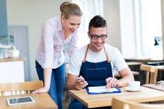 Couples fonctionnant au café image libre de droits