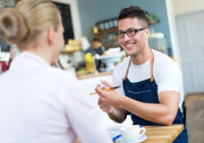 Couples fonctionnant au café photos libres de droits