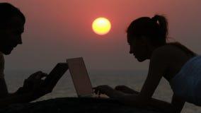Couples fonctionnant avec l'ordinateur portatif clips vidéos