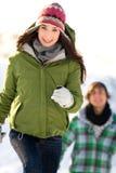 Couples fonctionnant dans la neige Photographie stock libre de droits