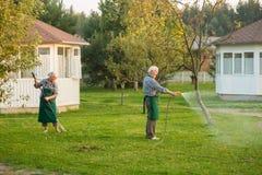 Couples fonctionnant dans le jardin Photographie stock