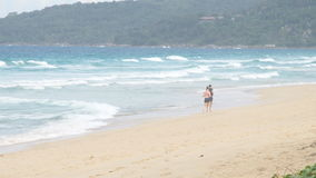 Couples fonctionnant dehors sur la plage Coureurs de femme et d'homme pulsant ensemble dehors dans la pleine longueur du corps banque de vidéos