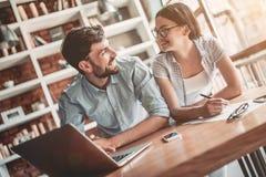 Couples fonctionnant en café image libre de droits