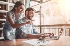 Couples fonctionnant en café photos libres de droits