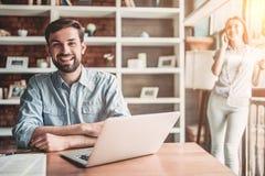 Couples fonctionnant en café image stock