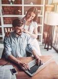 Couples fonctionnant en café photos stock