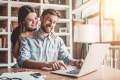 Couples fonctionnant en café images stock