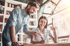 Couples fonctionnant en café photo libre de droits