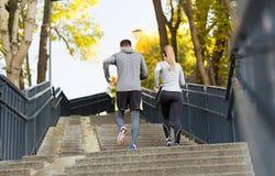 Couples fonctionnant en haut en parc de ville Photographie stock