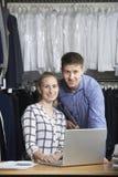 Couples fonctionnant sur la ligne affaires de mode images libres de droits