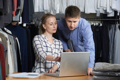 Couples fonctionnant sur la ligne affaires de mode photographie stock libre de droits