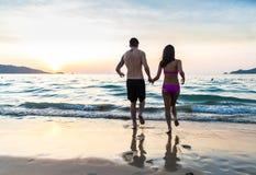 Couples fonctionnant sur la plage Image libre de droits