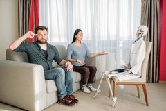 Couples fous à la réception squelettique de docteur, humeur Photo libre de droits